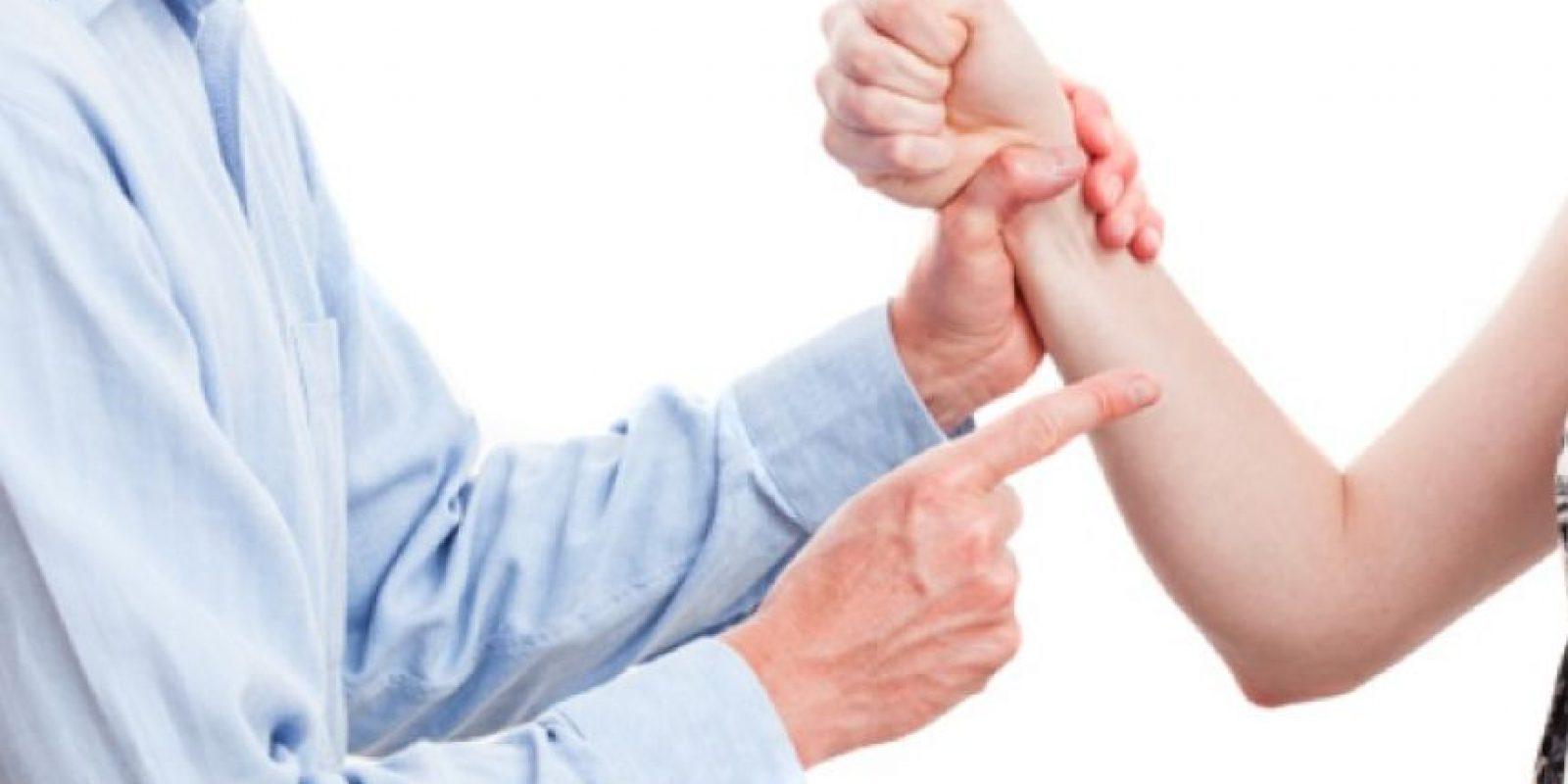 El hombre violento suele pasar de tener conductas temibles a deshacerse en muestras de amor; es la manera en que cree reparar el daño causado. Foto:Pinterest