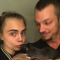 """Aquí la británica presume a la mascota del elenco """"Rat Rat"""" con Jay Hernández (""""El Diablo"""") Foto:vía instagram.com/caradelevingne"""