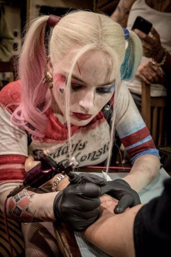 Durante las grabaciones presumió sus dotes de tatuadora. Foto:vía twitter.com/davidayermovies