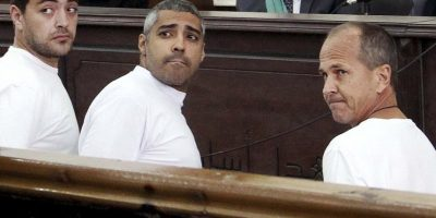 Los periodistas Mohamed Fahmy y Baher Mohamed (ambos izq) podrán apelar las sentencias ante un tribunal superior, Foto:AP