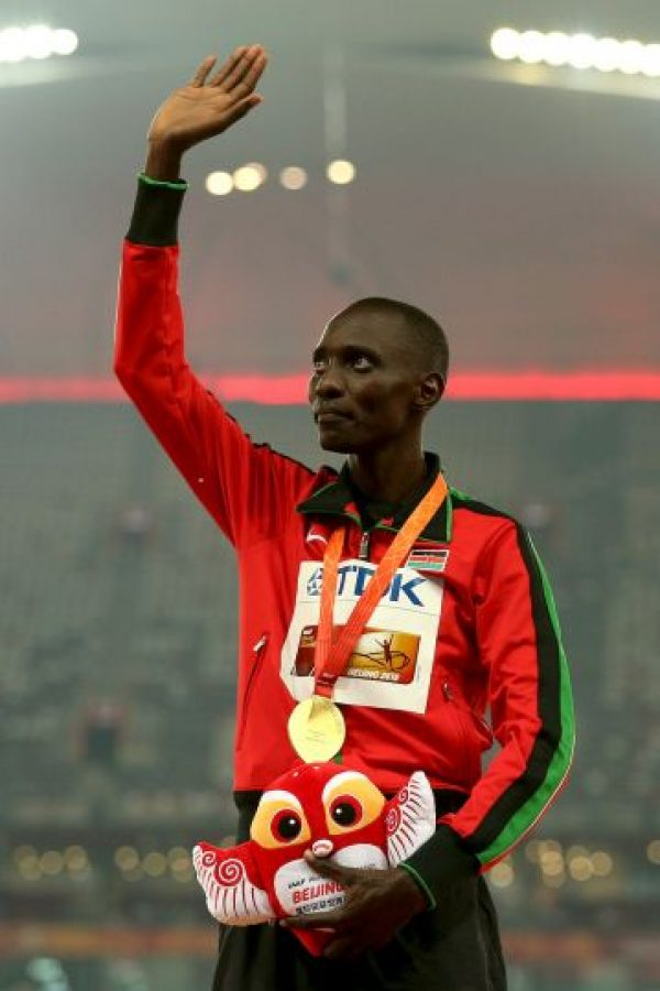 Se impuso en los mil 500 metros a su compatriota Elija Motonei y al marroquí Abdalaati Iguider. Kiprop terminó en tres minutos, 34 segundos y 40 centésimas de segundo Foto:Getty Images