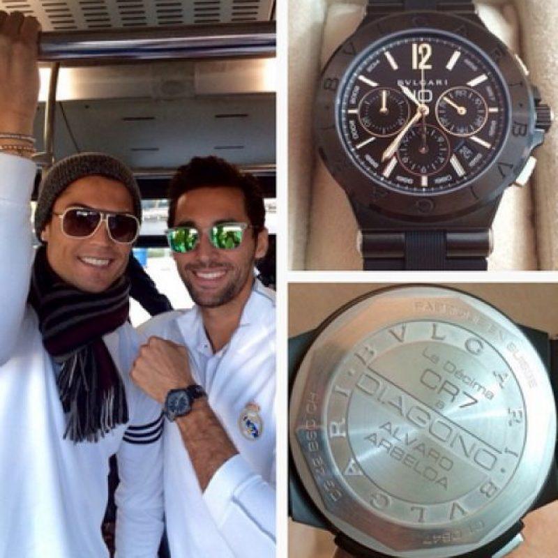 """Es tanta su afición a los relojes que cuando el Real Madrid ganó su décima Champions League, Cristiano le regaló a cada uno de sus compañeros un reloj conmemorativo, fabricado por """"Bvlgari"""" y con un valor de 8 mil euros. Foto:Vía instagram.com/17arbeloa"""