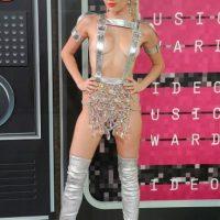 No. Verse como stripper galáctica no ha sido lo peor. Y como recordar es vivir, pueden ver otros looks de la cantante que fueron peores. Foto:vía Getty Images