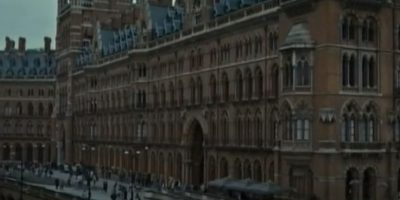"""J.K. Rowling no pudo estar presente en la estación King's Cross para desearle buena suerte a """"James S. Potter"""". Foto:YouTube/Warner Bros"""