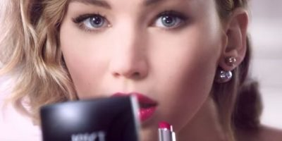 """""""No seas tímida"""", dice Lawrence en el anuncio donde aparece pintándose los labios. Foto:""""Dior"""""""