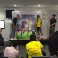 Aquí lo vemos en la presentación oficial de la portada especial para Japón. Foto:twitter.com/S_Kagawa0317