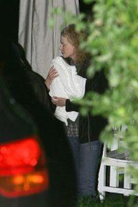 La actriz australiana dio a luz a Sunday Rose a la edad de 41 años, en julio de 2008 Foto:Getty Images