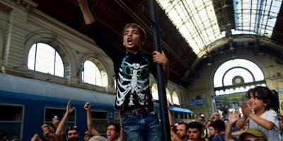 Migrantes en estación de tren de Budapest. Foto:AFP