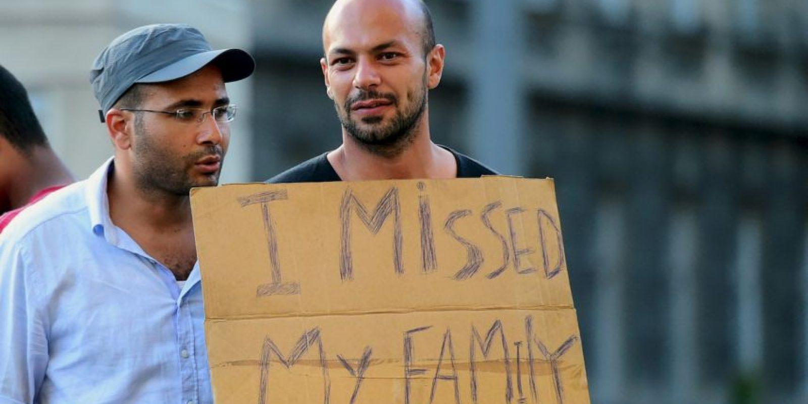 Inmigrantes piden ayuda. Foto:AFP