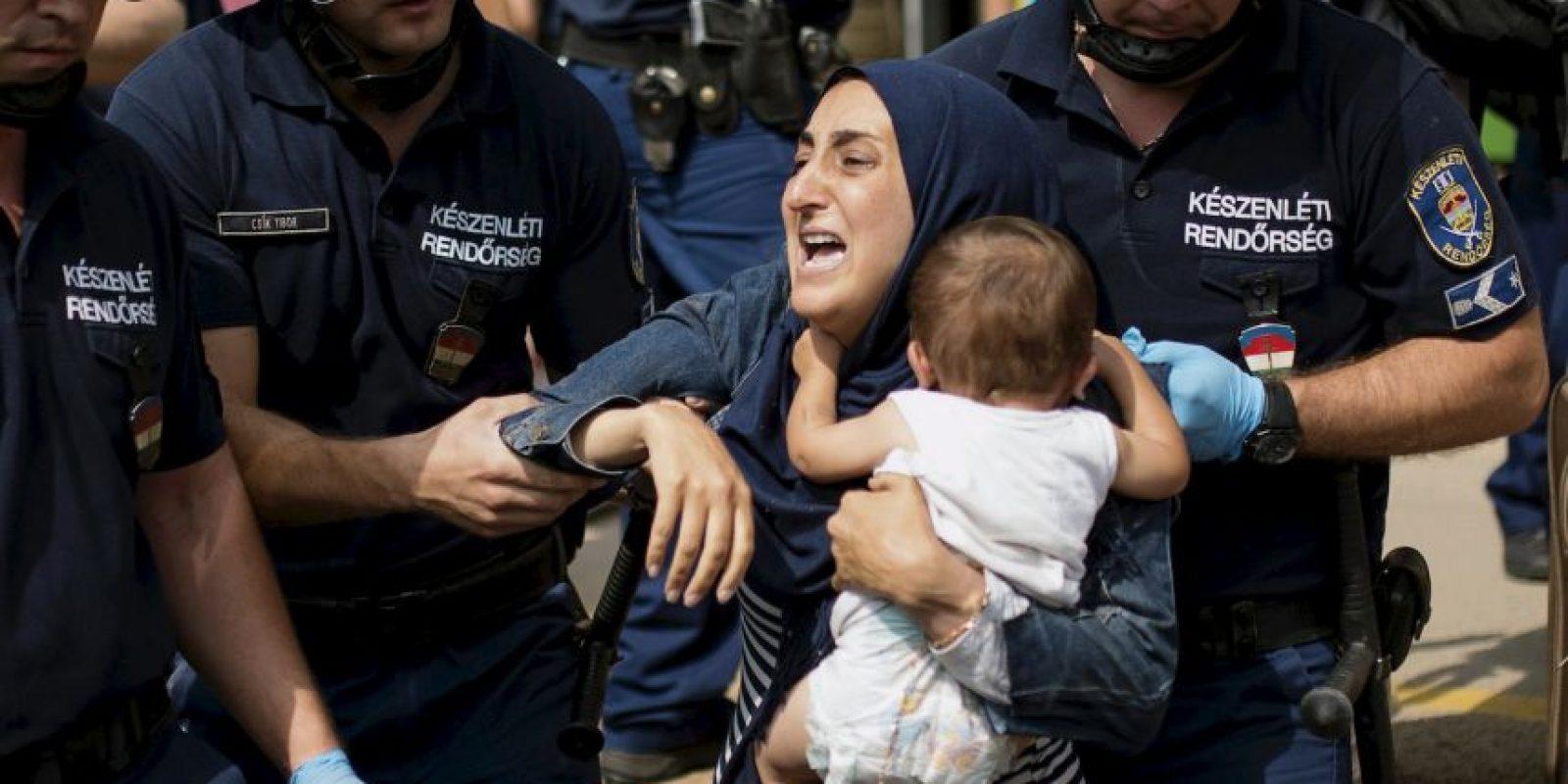 Familia de migrantes es arrestada en Hungría. Foto:AFP
