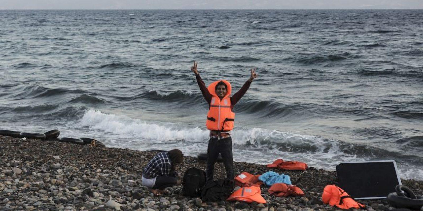 Refugiado sirio celebra haber llegado a Grecia. Foto:AFP
