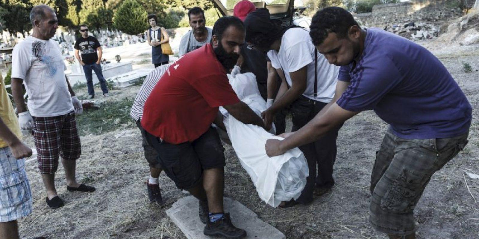 Entierro de un migrante en Grecia. Foto:AFP
