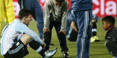 Los pequeños que consolaron a Messi, después de que Argentina perdiera la final de la Copa América 2015 Foto:Getty Images