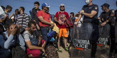 Otro de los sueños de los refugiados es llegar a la Gran Bretaña, por lo que viajan a Francia para tratar de penetrar el Eurotúnel y así tocar Inglaterra, pero decenas de personas han muerto asfixiadas o aplastadas en este intento. Foto:Getty Images