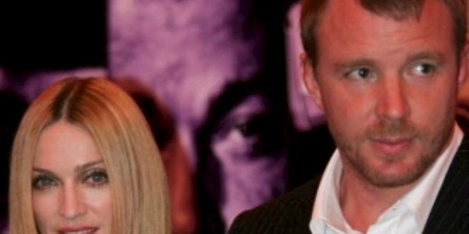 Madonna le puso el cuerno a un tipo decente como Guy Ritchie, que dirigía películas buenas hasta que se casó con ella. Foto:vía Getty Images