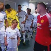 El pequeño que quedó sorprendido con la presencia de Wayne Rooney Foto:Twitter