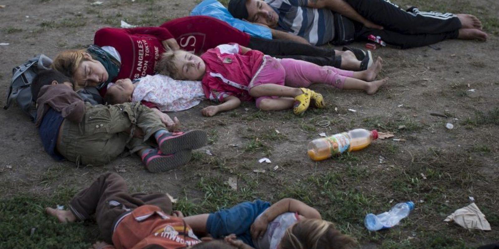 Familia de migrantes duerme en el suelo en Serbia. Foto:AP