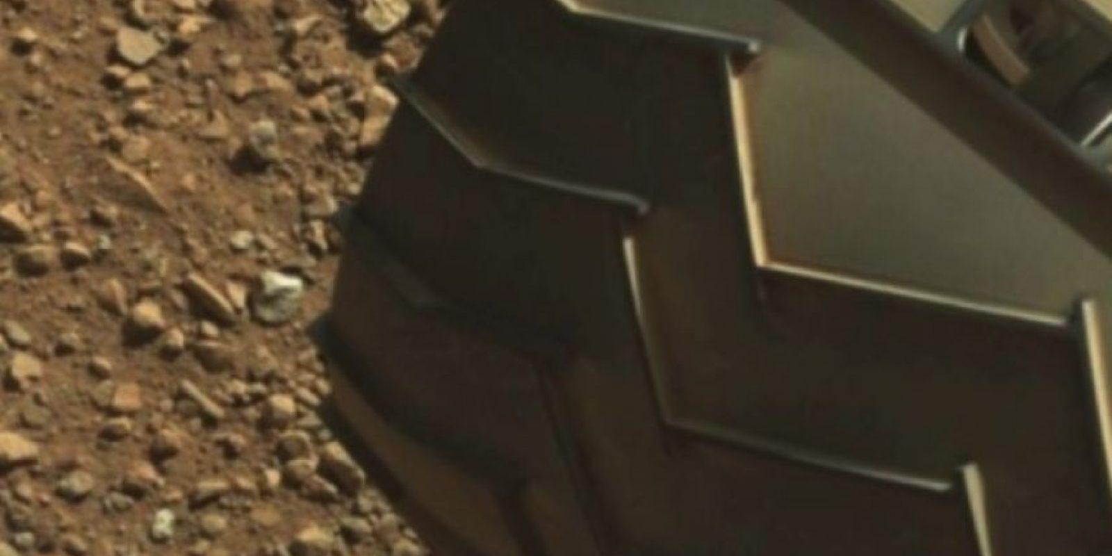 "El ""dedo"" está en la parte superior izquierda de la imagen Foto:Original en http://mars.jpl.nasa.gov/msl-raw-images/msss/00003/mcam/0003ML0000125000E1_DXXX.jpg"