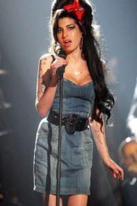 En la imagen, Winehouse mostraba su delgada figura para realizar el ataque. Foto:Getty Images