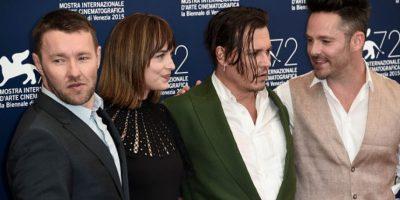 Johnny Depp se presentó en este extraño conjunto en el Festival de Venecia. Foto:vía Getty Images