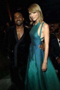 Kanye West le mandó un enorme arreglo de rosas blancas a Taylor Swift Foto:Getty Images