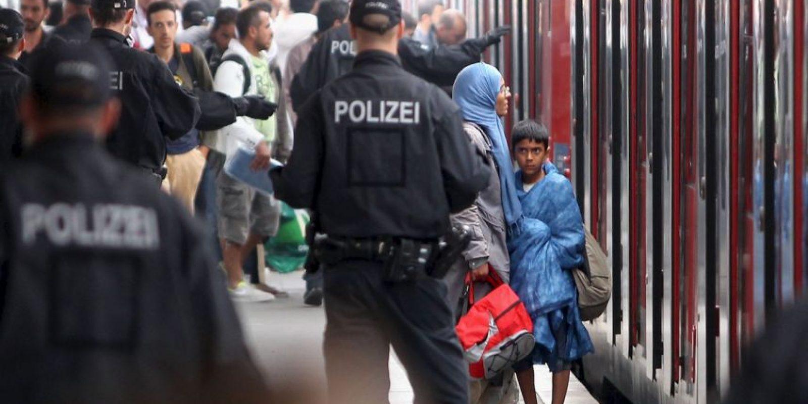 Algunos ciudadanos de estos países se acercaron a ayudarles Foto:Getty Images