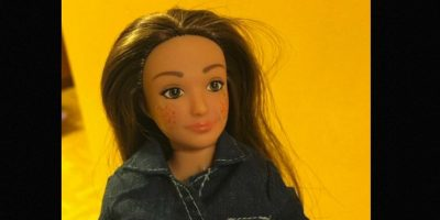 """""""Me di cuenta en la tienda de juguetes que había un gran muro de muñecas de moda y sentí como que estas muñecas estaban diciendo, 'Si no eres una supermodelo, algo está mal contigo'. """"No hay nada malo en ser una supermodelo, pero creo que debería haber una alternativa en los estantes de juguete"""", dice el artista e investigador con sede en Pittsburgh, Estados Unidos. Foto:Lammily"""