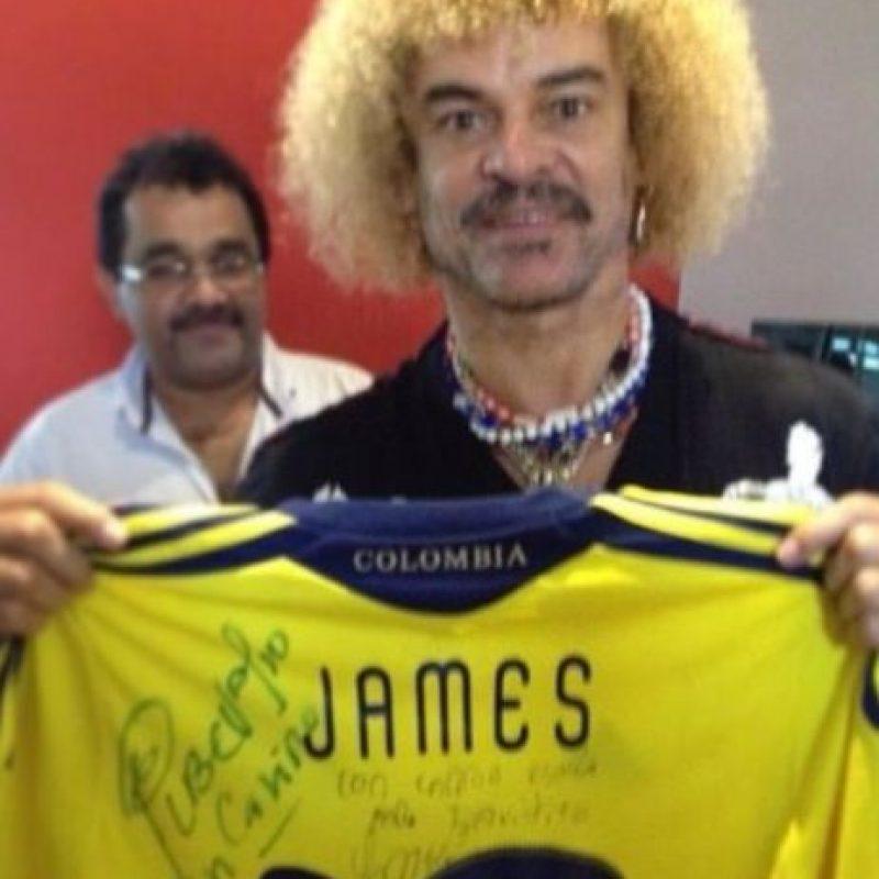Al legendario futbolista colombiano Carlos Valderrama también le ha regalado su playera firmada. Foto:instagram.com/jamesrodriguez10