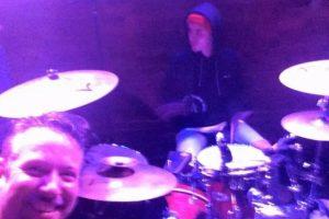 Subió al escenario con la banda local. Foto:vía twitter.com