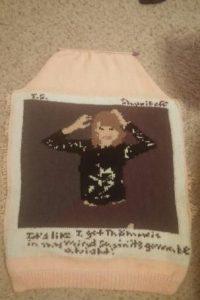 Así se veía el suéter antes de colocarle las mangas. Foto:vía jlc-87-22.tumblr.com