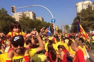 El defensa del Barcelona siempre se ha mostrado a favor de la independencia de Cataluña. En septiembre de 2014, él y Milan, su hijo, aparecieron en una manifestación que apoyaba una consulta que planeaba hacer la Generalitat (sistema en que se organiza el gobierno autónomo de Cataluña). Foto:Vía twitter.com/3gerardpique
