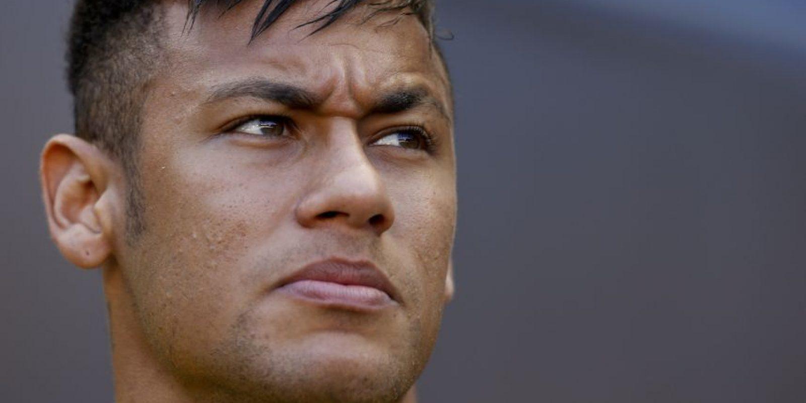 """Durante el polémico fichaje de Neymar, una de las cláusulas incluidas en el contrato indicaban que el Barcelona tenía que pagar 2 millones de euros al padre del futbolista para que busque """"nuevas promesas del Santos"""". Foto:Getty Images"""