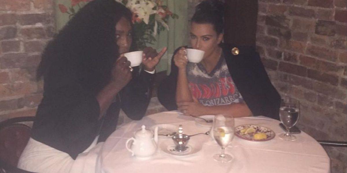 Serena Williams se relaja al lado de Kim Kardashian