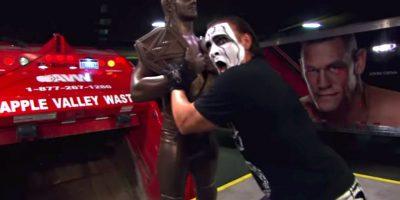 Seth Rollins encontró su estatua que estaba perdida desde hace una semana… sólo para que Sting la hiciera pedazos. Foto:WWE
