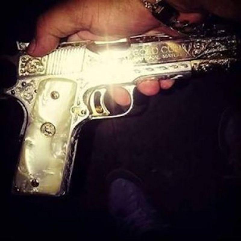 Pistolas bañadas en oro Foto:Instagram.com/explore/tags/narco/