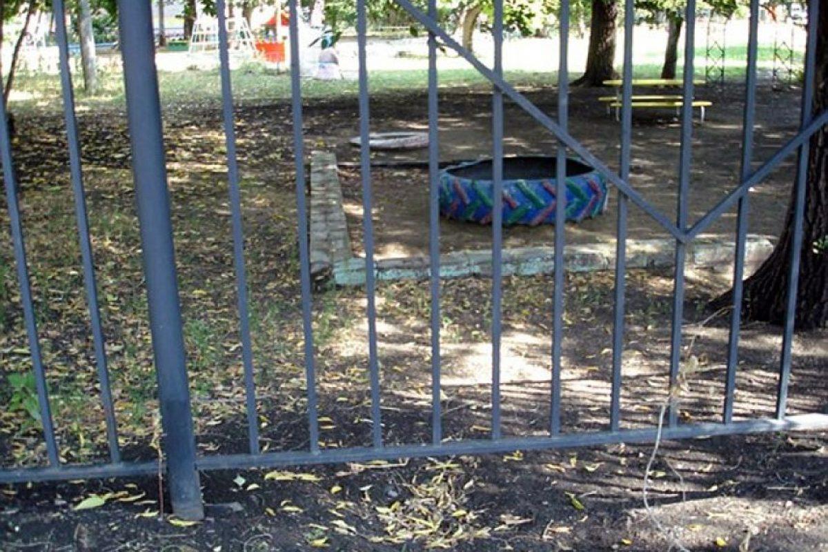 """El """"túnel"""" lo cavaron debajo de la reja de la guardería Foto:verstov.info"""