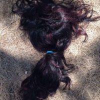 Las extensiones se adhieren al cabello real de la persona utilizando pegamento, o son cosidas, trenzadas o adheridas con un anillo de metal. Foto:NoWayGir