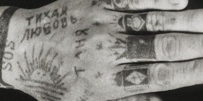 Si tiene una insignia de las SS es porque el preso es respetado por nunca haber delatado a nadie. Foto:Vía Fuel-design