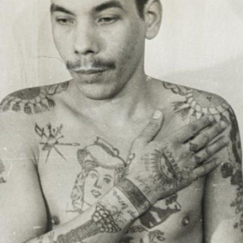 Las esposas tatuadas en las muñecas eran un recordatorio del cumplimiento de una pena mayor de 5 años de cárcel. Foto:Vía Fuel-design