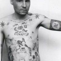 Muchos tatuajes eran realizados de manera forzada por otros presos. Por ejemplo, la sirena en el abdomen habla de condena por violación o por abusos a menores Foto:Vía Fuel-design