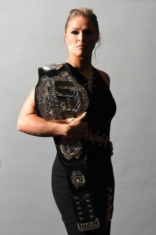 Es la campeona invicta de Peso Gallo de Mujeres de la UFC con un récord de 12-0 en las artes marciales mixtas. Ronda ha defendido su título 6 veces y hasta ahora, nadie ha podido vencerla. Su próximo combate será el 14 de noviembre en UFC 193 ante Holly Holm. Foto:Getty Images