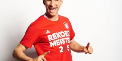 En febrero de 2009 firmó su primer contrato como profesional con el club alemán. Foto:Vía twitter.com/esmuellert_