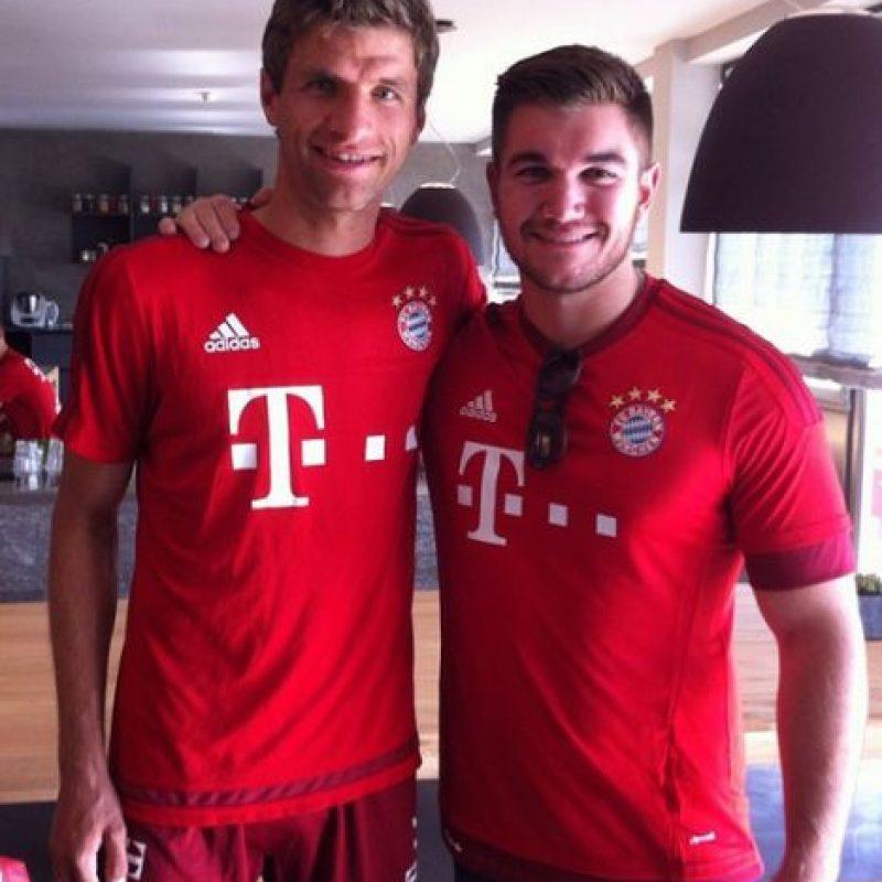 """Debutó en septiembre de ese año en un duelo ante el Borussia Dortmund en el que marcó dos goles. El partido terminó 5-1 a favor de los """"bávaros"""". Foto:Vía twitter.com/esmuellert_"""