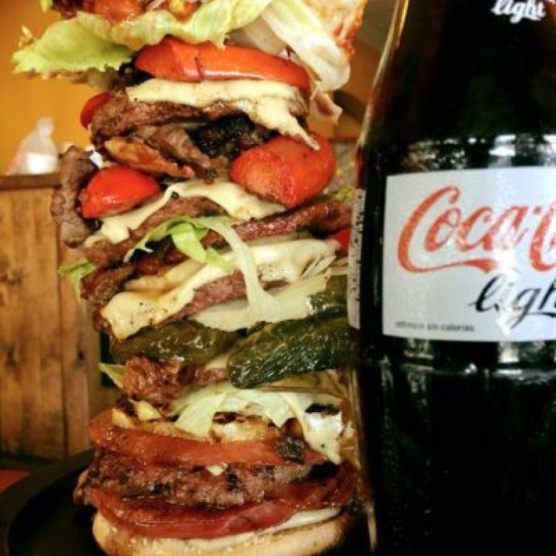 """""""Nuestra hamburguesa es increíble por su sabor y aún más por el precio, es bastante accesible a pesar de todos los ingredientes con los que cuenta. Simplemente es una combinación deliciosa que todos deberían venir a probar"""", compartió Roberto, creador de la hamburguesa. Foto:Vía Facebook.com/elcabuss"""