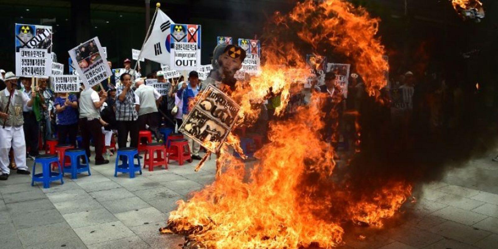 En donde también quemaron banderas y figuras con la cara de Kim Jong-un Foto:AFP