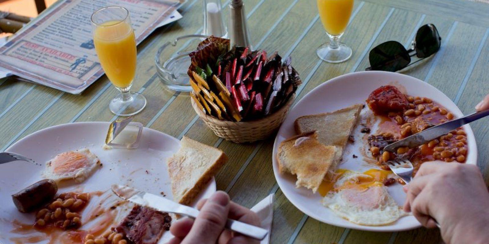 La gente come más si tiene un plato grande con una porción grande de comida. Foto:Getty Images