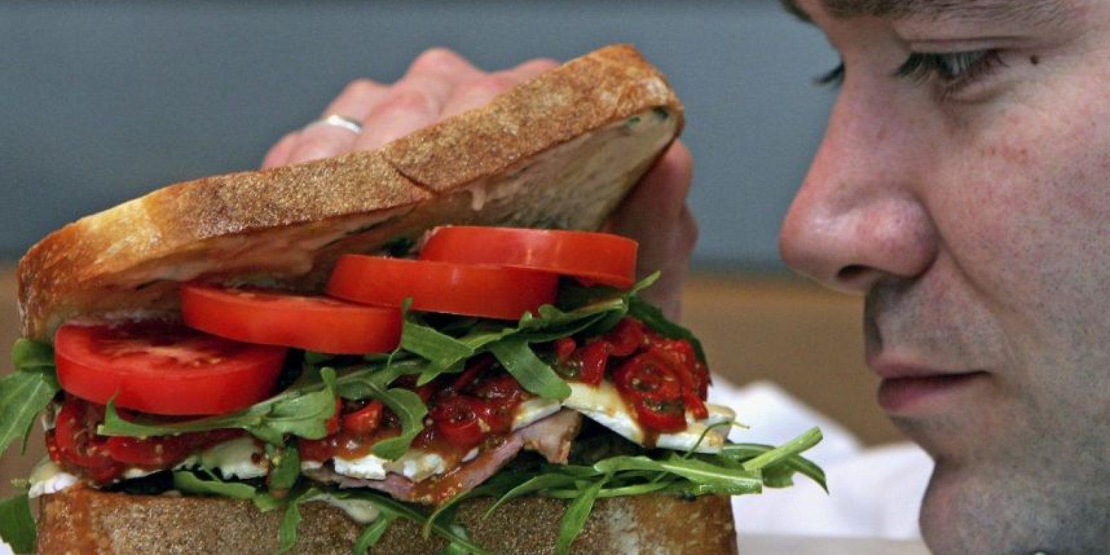 """La """"ilusión óptica"""" hace que se subestime la cantidad consumida si se sirve en un plato hondo. Foto:Getty Images"""