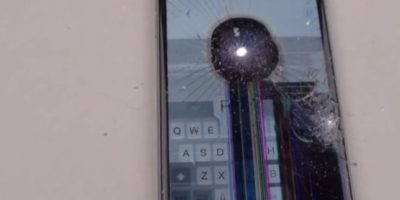 La pantalla no resistió la fuerza del taladro. Foto:vía FullMag / YouTube
