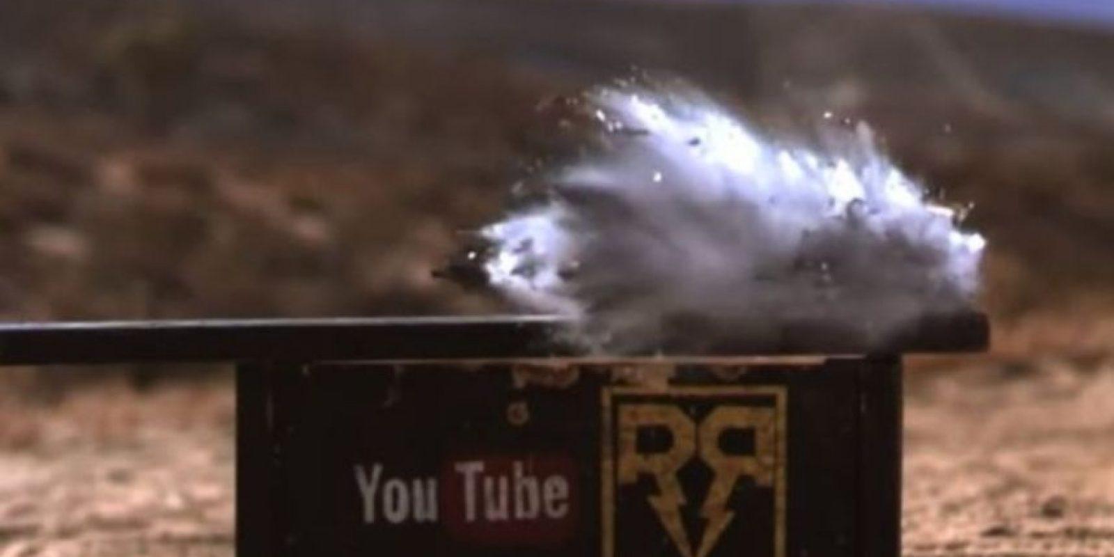 El impacto del calibre 50 destruyó por completo al iPhone 6. Foto:vía FullMag / YouTube