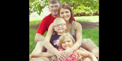 Mujer posa sonriente frente ataúd de esposo que murió por sobredosis de heroína
